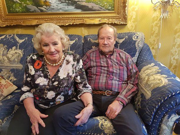 Läheisyys ja erotiikka kuuluvat kaikille, sanovat Tuula, 82, ja Eero, 91. Pari on ollut kihloissa jo viisi vuotta leskiksi jäätyään.