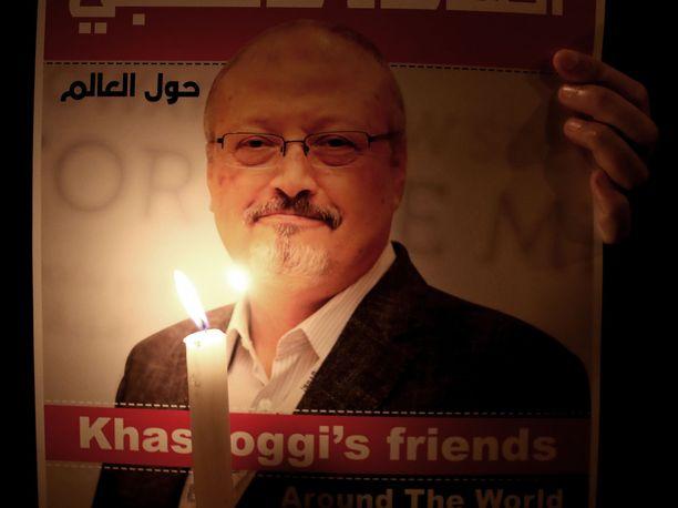 Mielenosoittaja piti käsissään Jamal Khashoggin, 59, kuvaa saudikonsulaatin edustalla Istanbulissa viime viikolla.