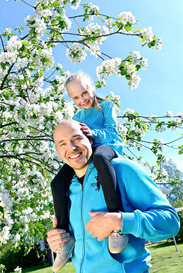 Kari Kangasniemen Jade-tytär taisteli tiensä takaisin perheensä luokse.