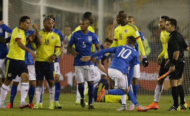Ottelun lisäajalla tapahtuneessa hässäkässä tuomittiin kaksi ulosajoa.