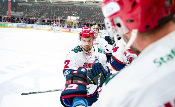 Patrik Carlsson moukaroi hirmuiset neljä maalia.
