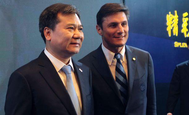 Suning Gropuin puheenjohtaja Zhang Jindong poseerasi Inter-ikoni Javier Zanettin vierellä.