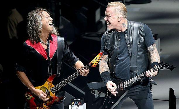 Synkistä elementeistä huolimatta Metallican musiikista jää päällimmäisenä mieleen ilo. Kirk Hammett (vas.) on toiminut bändin soolokitaristina vuodesta 1983, James Hetfield puolestaan on perustajajäsen.