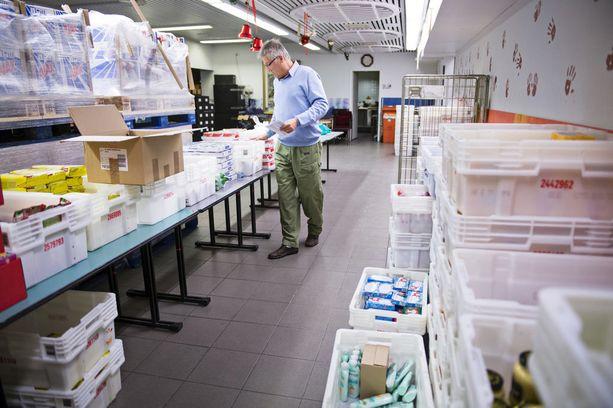 Yksi tunnetuimmista vähävaraisten auttajista on Hurstin Laupeudentyö. Kuvassa Hurstin joulupakettien pakkausta vuonna 2014.