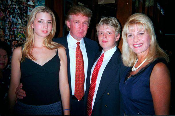 16-vuotias Ivanka Trump sekä Donald, Donald Jr. ja Ivana Trump vuonna 1998.