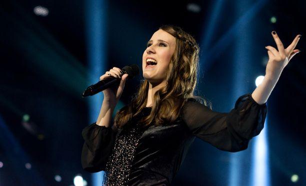 Suvi Åkerman lauloi tiensä finaaliin. Huomenna selviää, voittaako hän tänä vuonna The Voice of Finlandin.