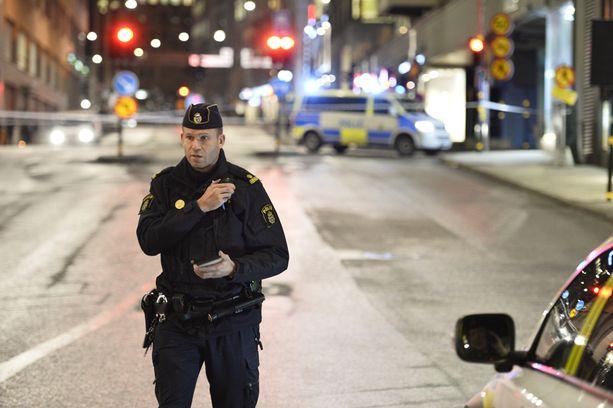 Poliisi valvoi räjähdyspaikkaa tiistai-iltana.