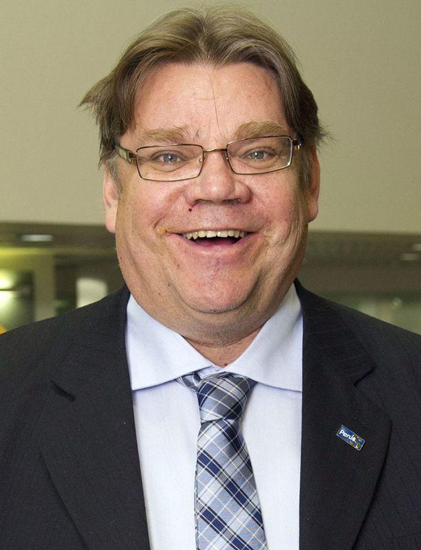 Haastattelussa Soini kehuu, kuinka Suomi on hoitanut oman taloutensa ja työllisyytensä kunnialla, mutta haukkuu samaan hengenvetoon varsinkin kreikkalaiset.