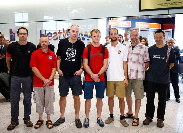 Thaimaalaisia poikia oli pelastamassa seitsemän brittiä. Josh Bratchley seisoo kuvassa oikealta katsottuna kolmantena.