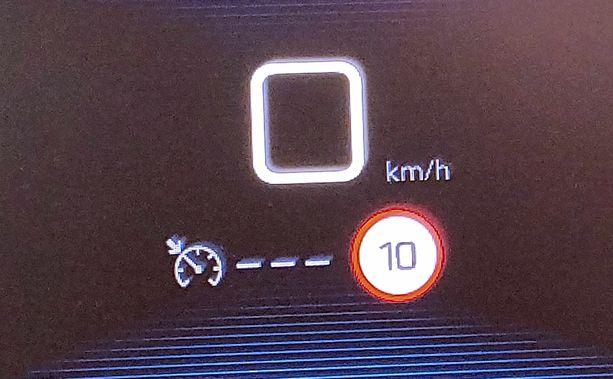 Peugeotin mittarinäyttöön ilmestyi tämä lukema vaalimainoksen 10 numeron kohdalla.