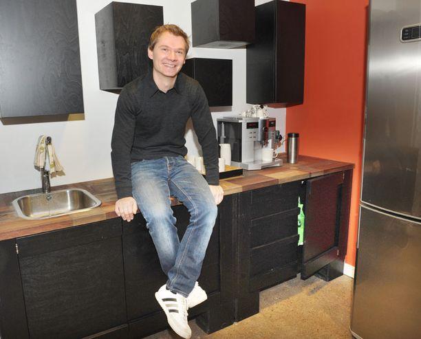 Muotoilija-puuseppä Stefan Malmbergin tehtävänä oli luoda laminaatiton keittiö.