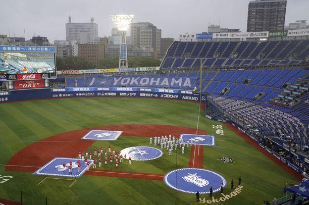 Yokohama-stadionille mahtuu 34 000 ihmistä. Kesällä 2020 stadionilla pelattiin ilman yleisöä.