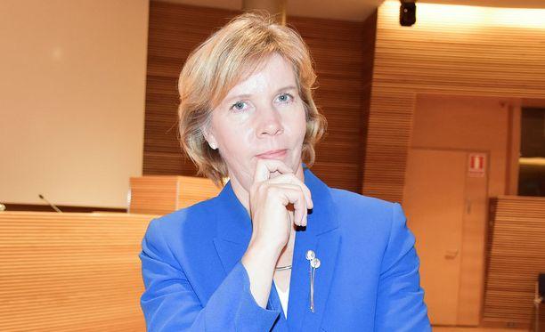 RKP:n puheenjohtaja Anna-Maja Henrikssonin mielestä sairaaloiden päivystysuudistus on palautettava perustuslakivaliokuntaan.