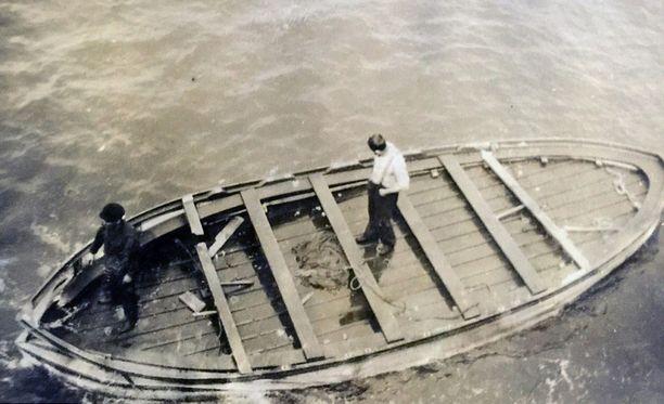 Viimeisestä Titanicista lasketusta pelastusveneestä löydettiin kolme pahoin mädäntynyttä ruumista, jotka haudattiin mereen.