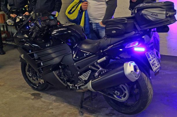 Tunnukseton pyörä, tässä Kawasaki, yllättää ikään kuin puskasta.