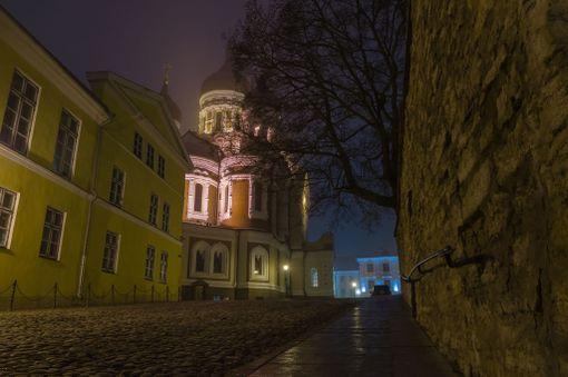 Aleksanteri Nevskin katedraali iltapimeällä.