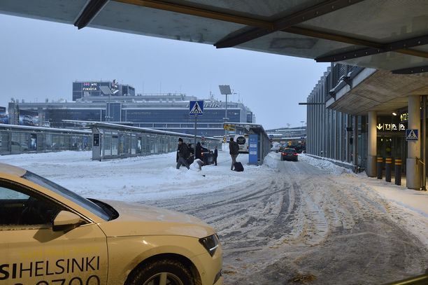 Vaikeat keliolosuhteet jatkuvat Suomen lentokentillä tänäänkin.