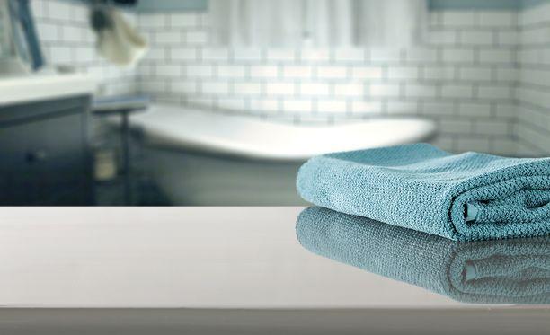 Kalkkikertymät lähtevät happamalla puhdistusaineella, kun taas rasvatahrat saa poistettua emäksisellä puhdistusaineella.