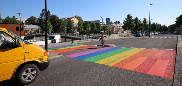 Kesäkuun alussa Turussa maalatun ja myöhemmin poistetun sateenkaarisuojatien tilalle tulee sateenkaaren värein maalattu Teatterisilta. Kuva jo nyt poistetusta sateenkaarisuojatiestä.