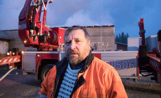 Yrittäjä Kari Pirttijoen höyläämö tuhoutui täysin keskiviikkoaamuisessa tulipalossa.