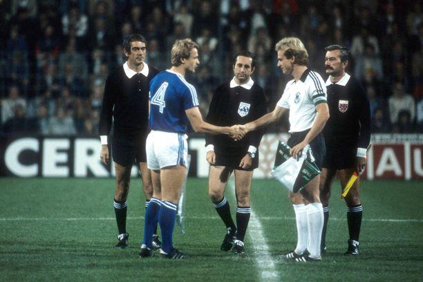 Länsi-Saksan kapteeni Karl Heinz Rummenigge ja Suomen Aki Lahtinen vaihtavat viirejä vuonna 1981.