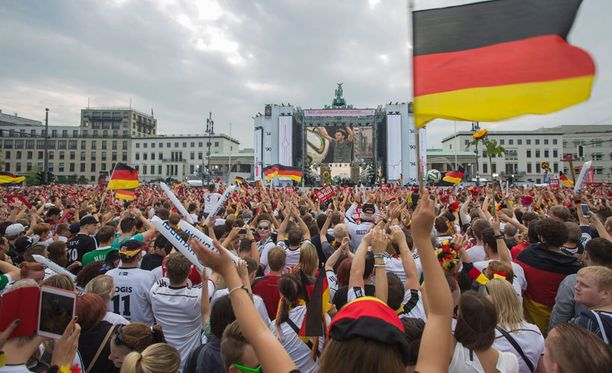 Saksalaiset odottavat sankareitaan Berliinin keskustassa.