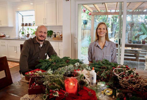Hans Välimäki vierailee uutuusohjelmassa esimerkiksi Suvi Riggsin kotona Los Angelesissa.