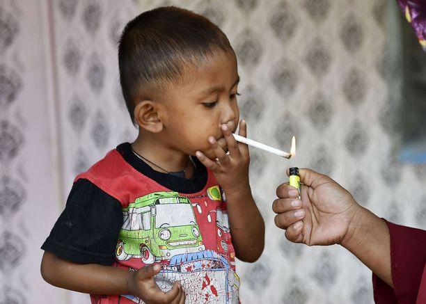 Äiti auttoi Rapia sytyttämään tupakat.