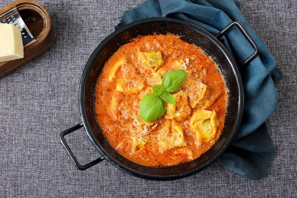 Kermaisen tomaattinen kastike sopii täydellisesti tortelliineille.