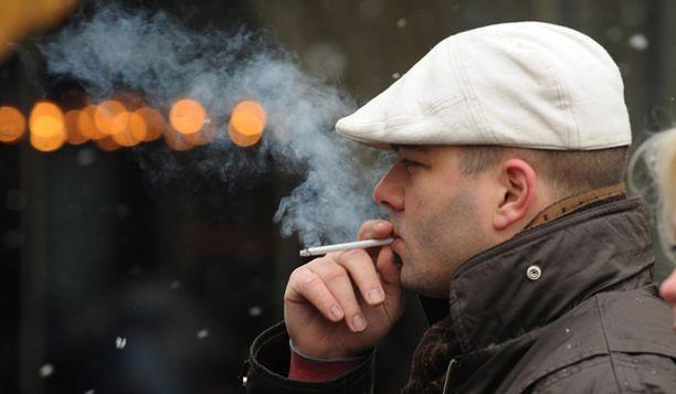 Nuoret tupakoivat ahkerammin kuin keski-ikäiset.
