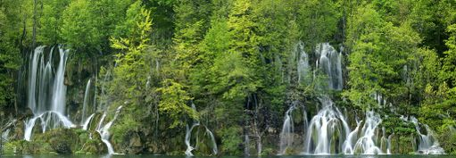 Plitvicen kansallispusto tunnetaan vesiputouksistaan.