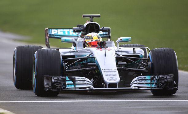 Lewis Hamilton sai ajaa ensimmäiset kilometrit W08-autolla.