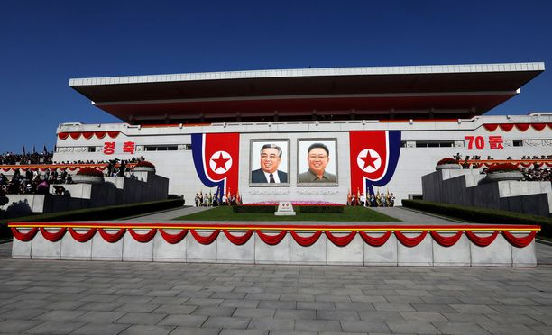 Kim Il-sungin ja Kim Jong-ilin kuvia näkyy Pohjois-Koreassa paljon. Elävän johtajan kuvia ei viljellä samalla tavalla.