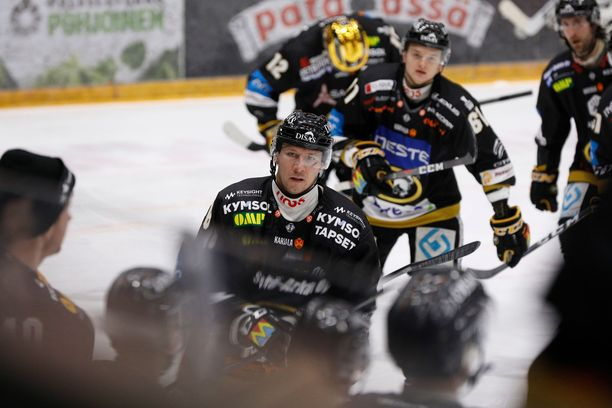 Kärppien NHL-vahvistus Jussi Jokinen keräsi TPS-ottelussa kolme syöttöpistettä.
