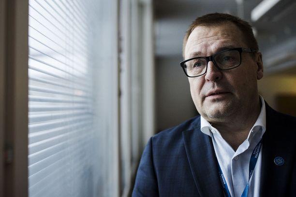 Sinisten puoluesihteeri ja kansanedustaja Matti Torvinen ei säästele sanojaan arvostellessaan kokoomukseen loikannutta Kaj Turusta.