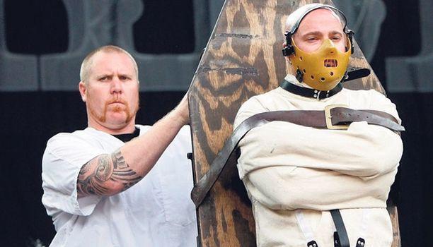 LAADUSTA TINKIMÄTTÄ Amerikkalaisen Disturbed-metallibändin laulaja David Draiman kärrättiin esiintymislavalle asiaankuuluvissa varusteissa. Tai sitten festivaalijärjestäjät halusivat suojella viatonta sveitsiläisyleisöä pelottavalta metallimuusikolta.