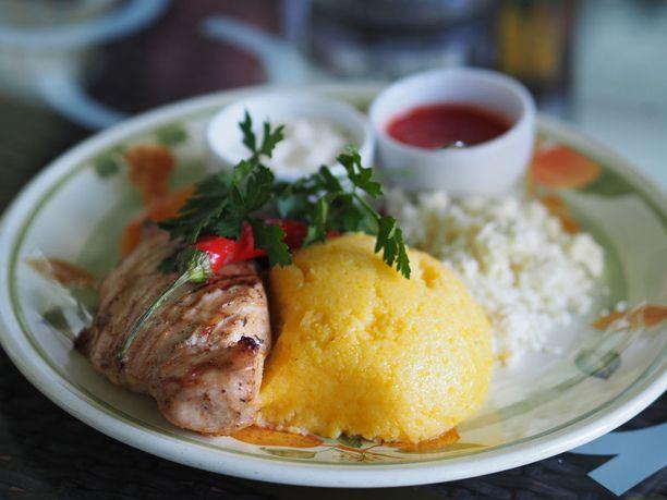 Avotulella grillattua luomukanaa, jonka lisukkeena on moldovalaisten lempitärkkelystä mamaligaa.
