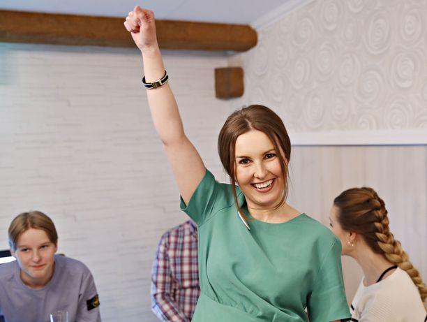 Eeva Kalli (kesk) iloitsi vaalituloksesta perhepiirissä Kauttualla. –Tuskin tänä iltana kovin riehakkaasti juhlitaan.