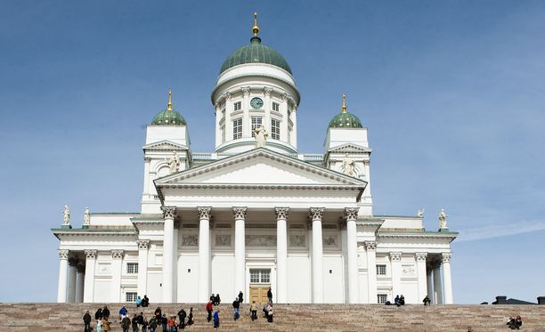 Helsingin tuomiokirkko on tyylikkäämpi kuin räikeät venäläiskirkot.