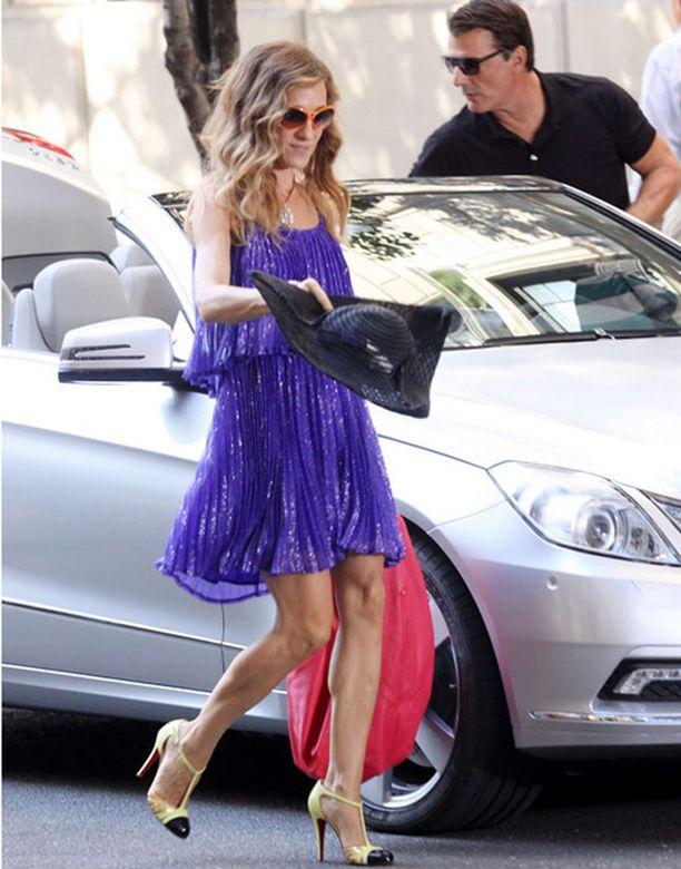 Carrie ja Mr. Big eli Sarah Jessica Parker ja Chris Noth nousevat autosta aina niin tyylikkäinä.