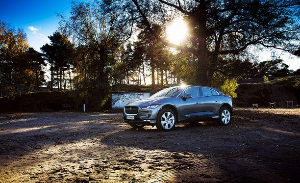 Säädettävä ilmajousitus mahdollistaa muun muassa poikkeuksellisen 50 senttimetrin kahluusyvyyden. Jaguar Land Rover -konsernin maastoajo-osaamiseen perustuvaa I-Pacea voi helposti pitää markkinoiden maastokykyisimpänä sähköautona.