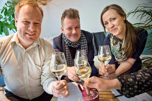 """Sommelier Toni Yksjärvi, """"viinipiru"""" Arto Koskelo, ravintola Askin omistaja ja sommelier Linda Stenman-Langhoff ja Pippurin ruokatoimittaja Eeva Paljakka panivat skumpat järjestykseen."""