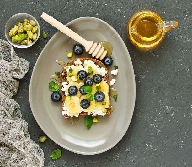 Raejuuston päälle voi ripotella esimerkiksi marjoja ja hunajaa tai lusikoida päälle vaikkapa hilloa.