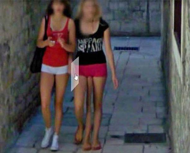 """Google Street View näyttää Kroatian Splitissä kävelevän kolmijalkaisen """"mutanttitytön""""."""