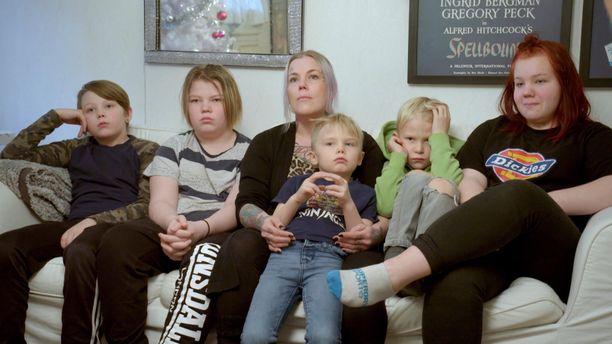 Anne pyörittää yksin viisilapsista perhettä.