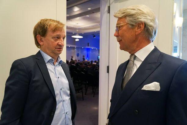 Pankkiiri Björn Wahlroos käväisi tähtenä Hjallis Harkimon (kok) vaaliseminaarissa ja tuki lisäksi rahalla eduskuntaan päässyttä.