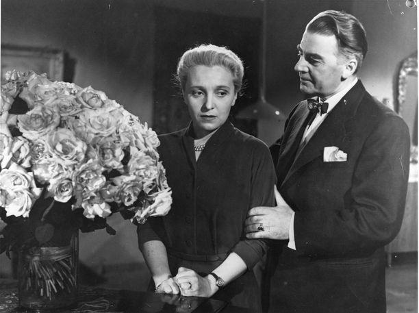 Vuoden 1953 elokuvassa Tyttö kuunsillalta Matti Kassila ohjasi Ansa Ikosta ja Joel Rinnettä.