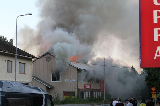 Kello 22.51 rakennuksesta tuli paljon savua.