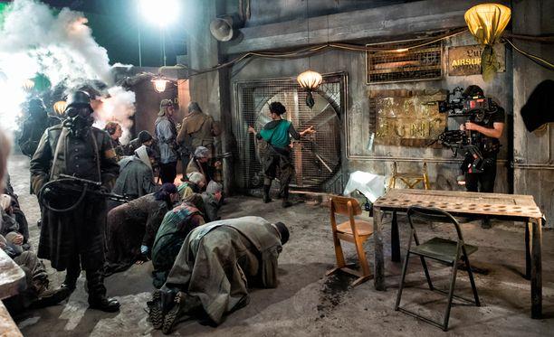 Kansainvälisen luokan toimintaelokuvan tekeminen vaatii ison työryhmän ja paljon kärsivällisyyttä.