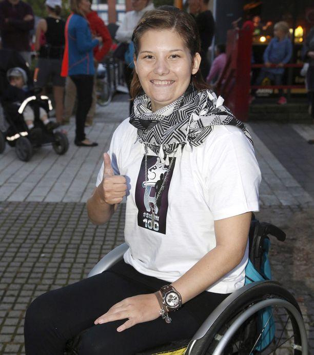 Heidi Foxell oli yhtä hymyä hyväntekeväisyysjuoksun maalialueella.